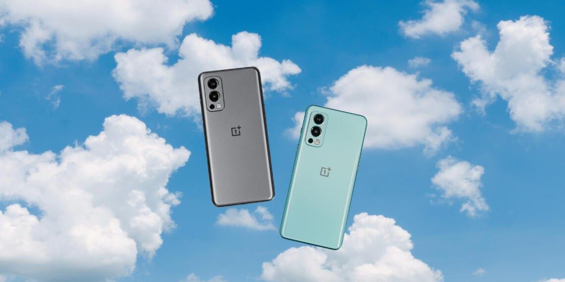 OnePlus Nord 2 5G en dos colores sobre fondo de cielo azul