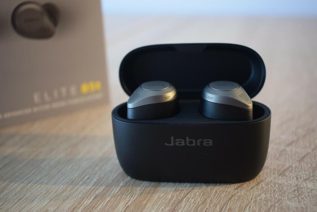 caja de transporte con los auriculares jabra elite 85t